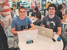 Matheus e Marcelo são fãs da Apple, do note ao celular
